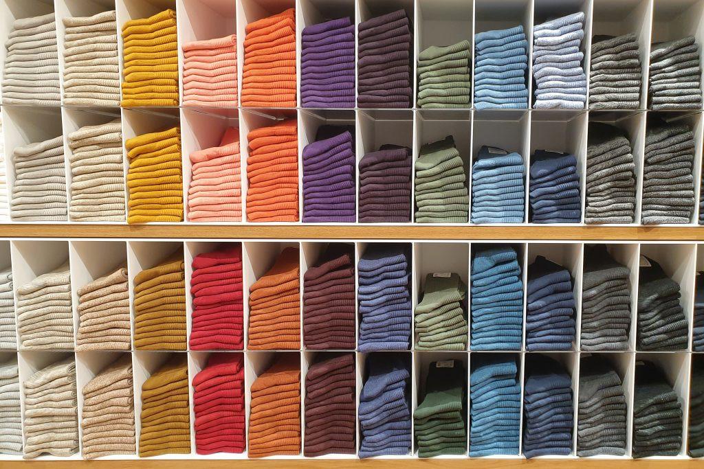 Давно задумываетесь о создании своего бизнеса, но не хотите вкладывать много средств? Подумайте о том, чтобы изготавливать носки.